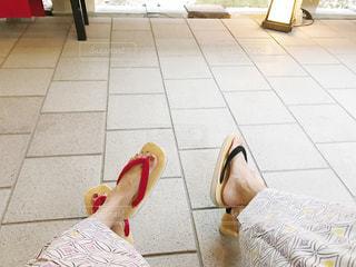 タイル張りの床に座っている人の写真・画像素材[1803503]