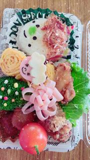近くに食品誕生日ケーキのプレートのアップの写真・画像素材[1770569]