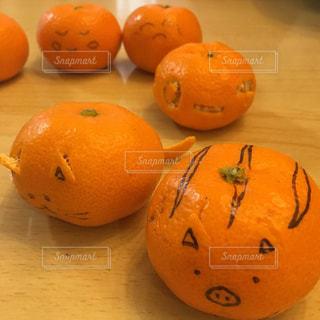 猫,オレンジ,デザート,テーブル,果物,ねこ,顔,みかん,果実,オレンジ色,おうち,柑橘,食べもの,いのしし,うり坊,亥年,みかんアート