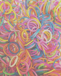 カラフルな輪ゴムの写真・画像素材[3150443]