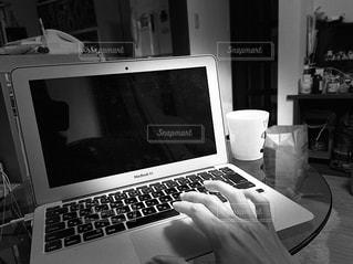 机の上に座っている開いているラップトップコンピュータのスクリーン ショットの写真・画像素材[3214829]