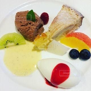 皿の上のケーキの写真・画像素材[3422758]