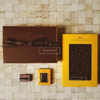 小さなチョコレートと一緒にの写真・画像素材[2856111]