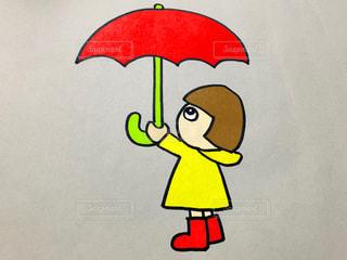 傘を持つ女の子の写真・画像素材[2165458]