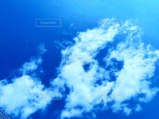 青い曇り空の雲の写真・画像素材[2418328]