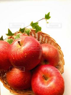 かごに入っているりんごの写真・画像素材[3165157]