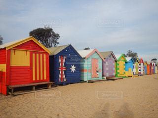 カラフルな小屋のあるビーチの写真・画像素材[1814492]