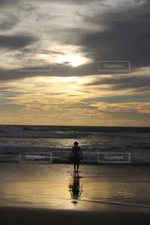 海,空,屋外,太陽,ビーチ,雲,夕暮れ,水面,海岸,人物,人,ミルクティー