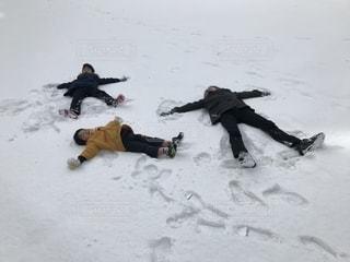 雪の公園でリラックスの写真・画像素材[2068059]