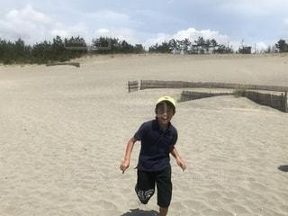 砂丘を走るの写真・画像素材[2115739]