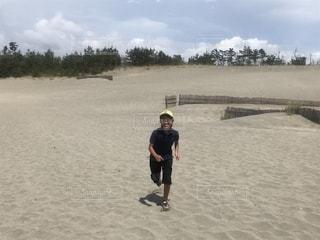 砂丘を走るの写真・画像素材[2115740]