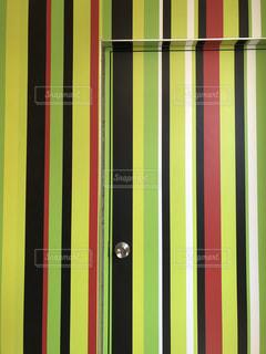 ストライプの壁とドアの写真・画像素材[2148530]