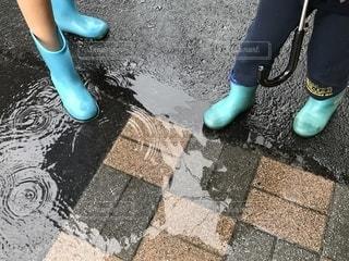 水たまりと長靴の写真・画像素材[2218537]