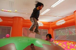 スポーツ,屋内,ジャンプ,子供,女の子,ボール,男の子,アスレチック,インドアスポーツ