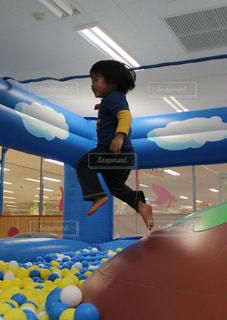 スポーツ,屋内,ジャンプ,子供,ボール,男の子,アスレチック,インドアスポーツ