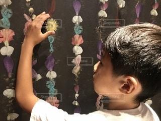 花柄の壁と男の子の写真・画像素材[2231735]