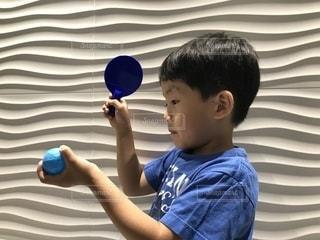 青いTシャツの男の子の写真・画像素材[2241807]