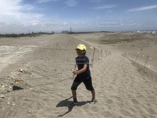 砂丘を歩くの写真・画像素材[2271504]
