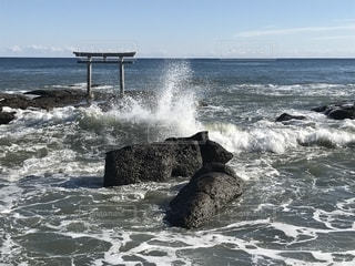 海に立つ鳥居の写真・画像素材[2271926]