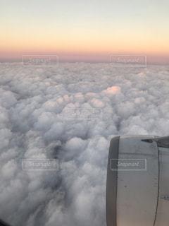 機内から見た空と海の写真・画像素材[2279578]