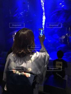 水族館にて写真撮影中の写真・画像素材[2288818]