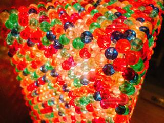 カラフルなビーズのランプシェードの写真・画像素材[2356297]
