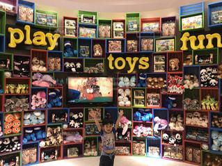 おもちゃ屋のディスプレイと子どもの写真・画像素材[2380349]