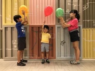 風船と子どもたちの写真・画像素材[2387864]