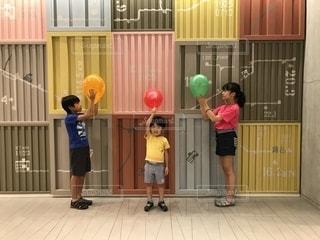 風船と子どもたちの写真・画像素材[2387878]