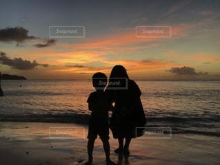 夕焼けのビーチの親子の写真・画像素材[2391819]