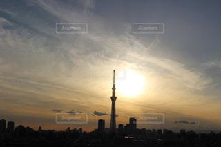 空,建物,屋外,東京,太陽,雲,夕暮れ,スカイツリー,光,東京スカイツリー,タワー,都会,高層ビル,明るい,くもり,日中,クラウド