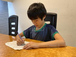 勉強する少年の写真・画像素材[3436335]