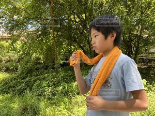 タオルを使う男の子の写真・画像素材[3499550]