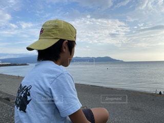 海を見る少年の写真・画像素材[3596346]