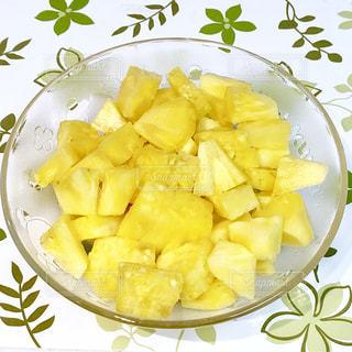 食べ物,葉,フルーツ,果物,パイナップル,テーブルクロス,緑色,ガラスの器,ひとくちサイズ