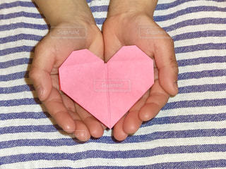 ピンク,手,子供,プレゼント,ハート,こども,バレンタイン,手作り,模様,折り紙,白色,桃色,青色,掌,しましま,縞々,肌色,どうぞ,1