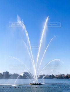 青空に映える大きな噴水の写真・画像素材[1861433]