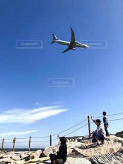 至近距離を飛ぶ飛行機の写真・画像素材[2077173]