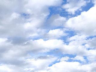 空に浮かぶ雲の写真・画像素材[2281337]