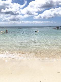波が白く映える青緑色の海の写真・画像素材[2345540]
