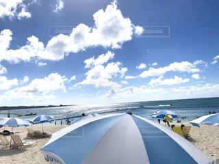 白い浜辺に映えるパラソルの写真・画像素材[2348578]