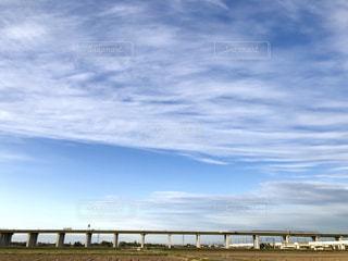 高速道路に平行して流れる雲の写真・画像素材[2412721]