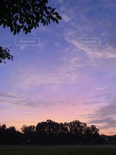 色が少しずつ変わりゆく朝焼けの空の写真・画像素材[2427542]
