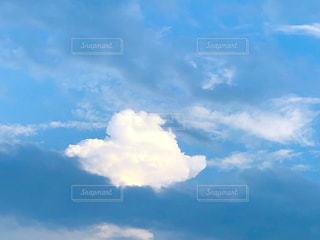 青空に漂うハート型の雲の写真・画像素材[2435155]