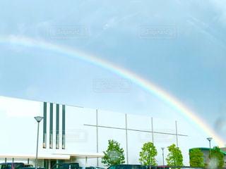 建物を包み込んむ大きな虹の写真・画像素材[2509573]