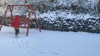 雪の中に立っている人の写真・画像素材[1777744]
