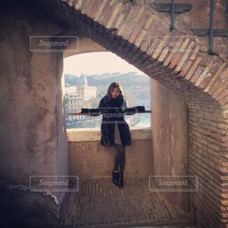 橋の上に立っている人の写真・画像素材[1832895]