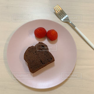 皿の上のケーキの写真・画像素材[3273015]