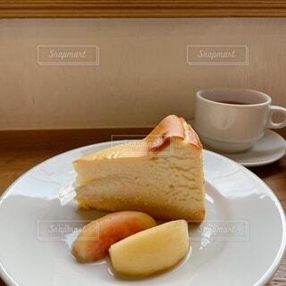 桃と美味しいチーズケーキの写真・画像素材[4872972]