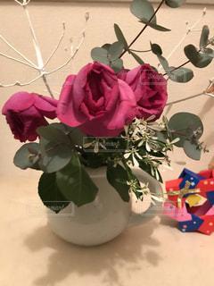 テーブルの上に花瓶の花の花束の写真・画像素材[1814174]